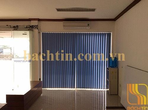 Rèm lá dọc cửa sổ màu xanh đậm